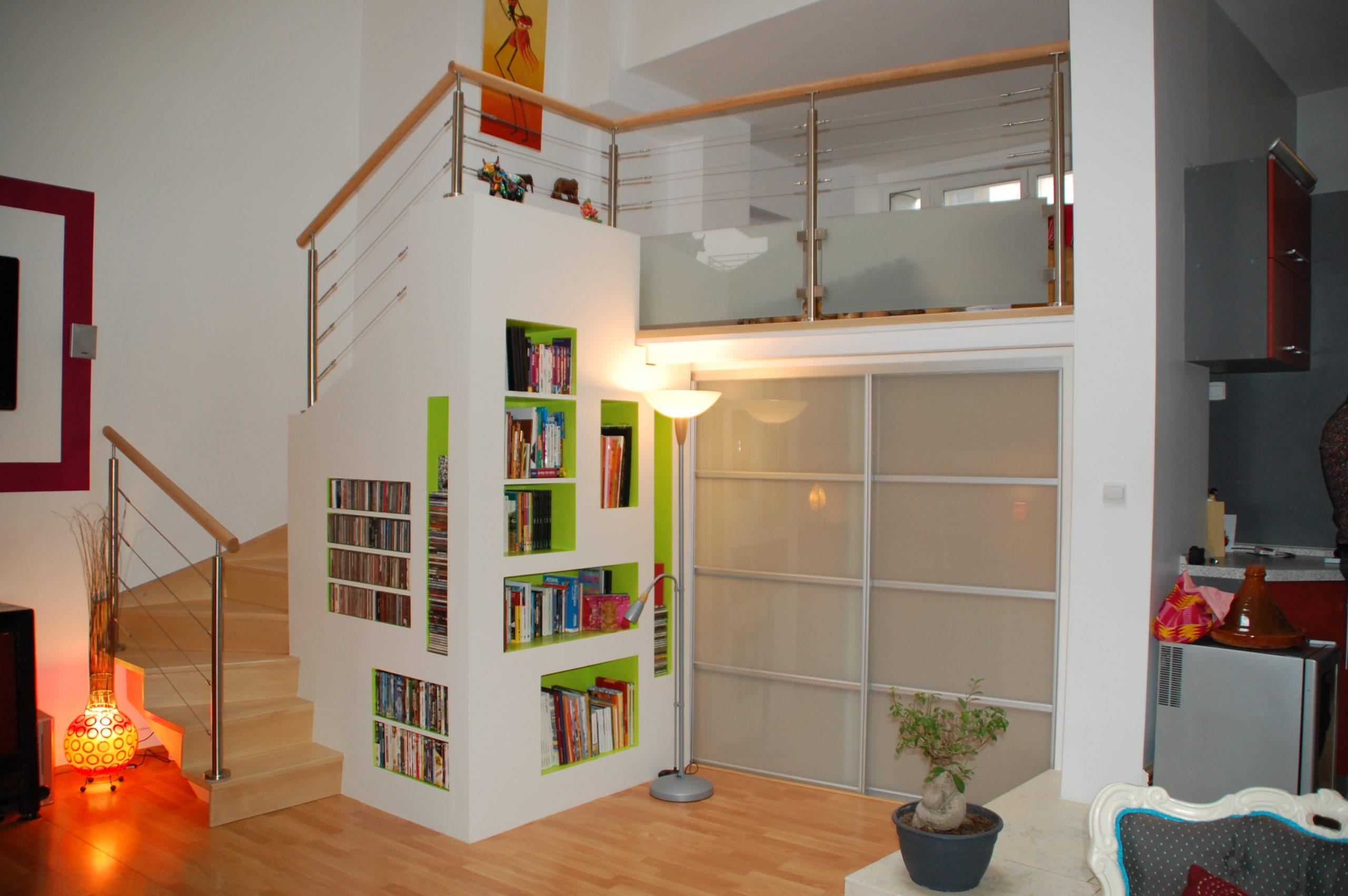 escalier avec bibliothéque integré